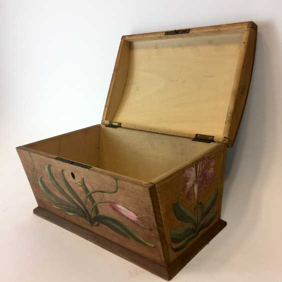 Small chest: wood and painted on all sides-colour painted decorative Imperial crown. - photo 4