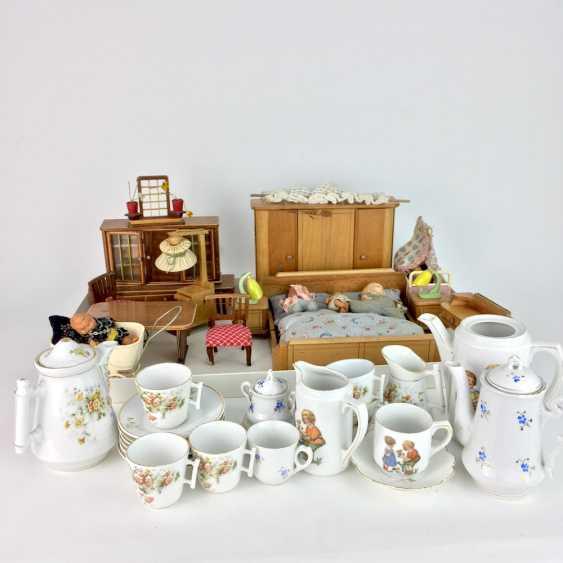 Dollhouse and Dollhouse dishes, 20. Century, many parts. - photo 1