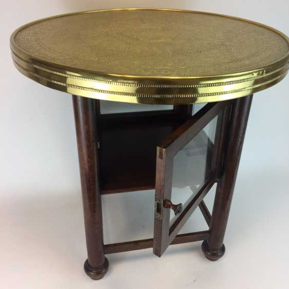 Round table / coffee table: round plate with brass gear, straight legs with a glazed compartment Below, around 1930, very good. - photo 1