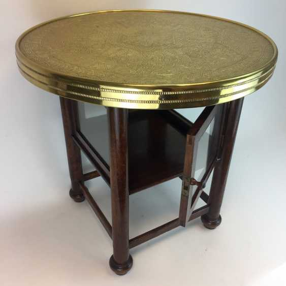 Round table / coffee table: round plate with brass gear, straight legs with a glazed compartment Below, around 1930, very good. - photo 2