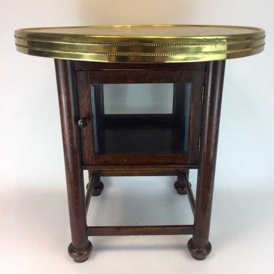 Round table / coffee table: round plate with brass gear, straight legs with a glazed compartment Below, around 1930, very good. - photo 3