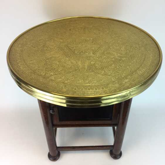 Round table / coffee table: round plate with brass gear, straight legs with a glazed compartment Below, around 1930, very good. - photo 4