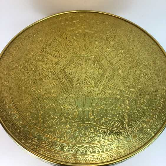 Round table / coffee table: round plate with brass gear, straight legs with a glazed compartment Below, around 1930, very good. - photo 5