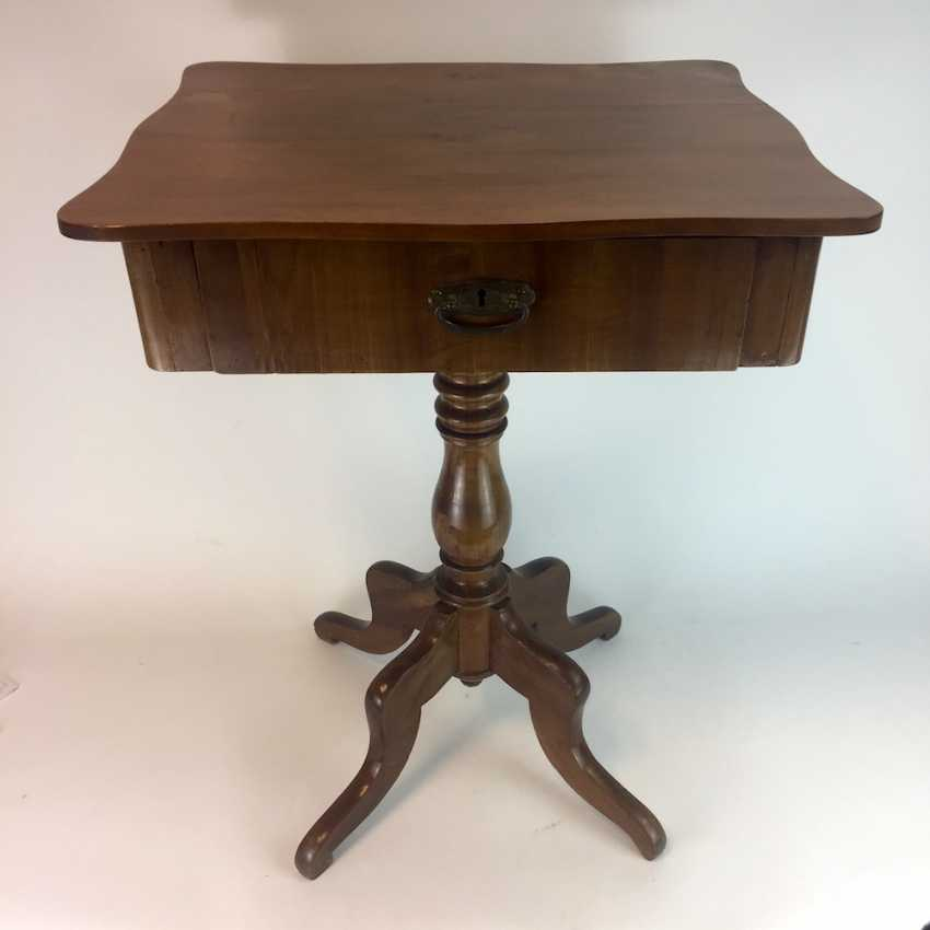 Art Nouveau sewing table: walnut bright, lacquered, rectangular body, turned legs, four legs, a boost to the 1920's. - photo 1