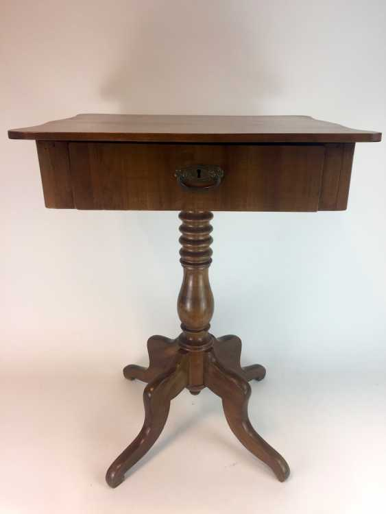 Art Nouveau sewing table: walnut bright, lacquered, rectangular body, turned legs, four legs, a boost to the 1920's. - photo 2