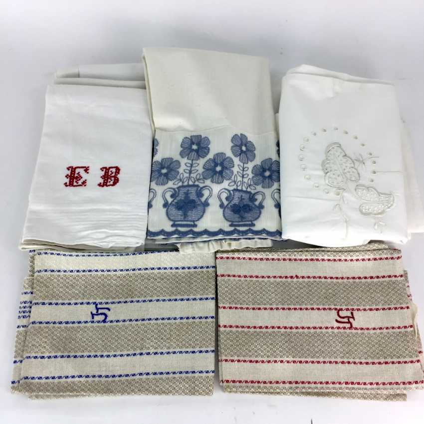 Vintage Laundry ceiling: a table, two linen towels, two parade pillow, five cotton wipes, an apron and a Half. - photo 1