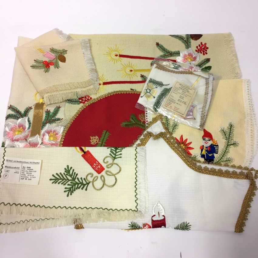 Konvolut Weihnachts-Decken: 2 große Tischläufer, 6 kleine Decken (oval, eckig, Stern, Glocke), unbenutzt, Original-verpackt - photo 1