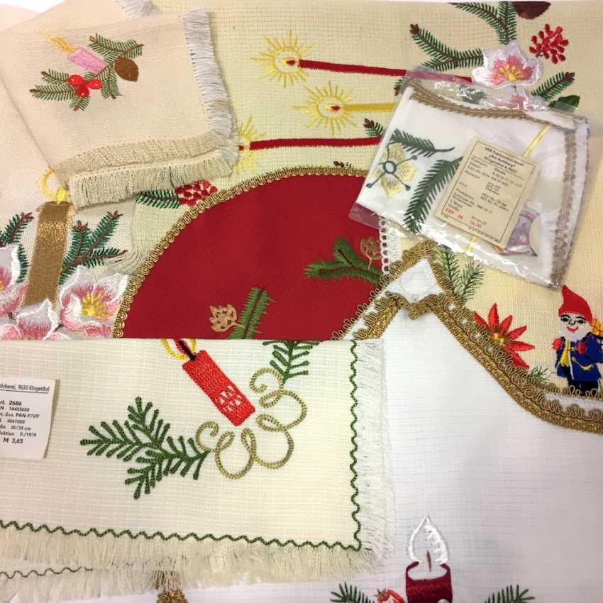 Konvolut Weihnachts-Decken: 2 große Tischläufer, 6 kleine Decken (oval, eckig, Stern, Glocke), unbenutzt, Original-verpackt - photo 2