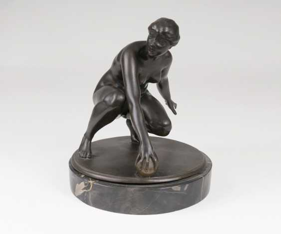 Figure 'kneeling female Nude with ball' - photo 1