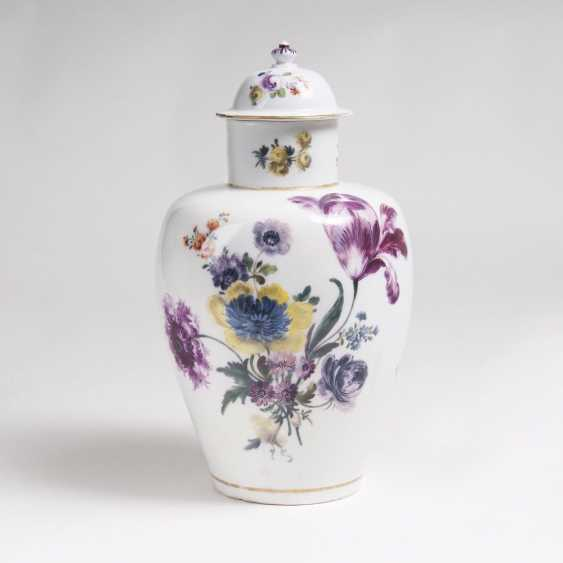 Rare Augustus Rex lidded vase with flowers - photo 1