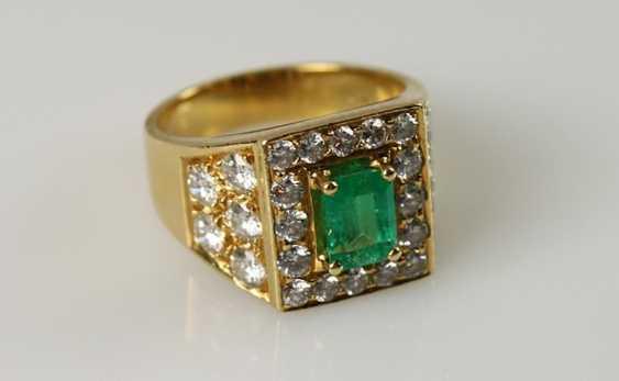 Brilliant - and emerald ring, - photo 1