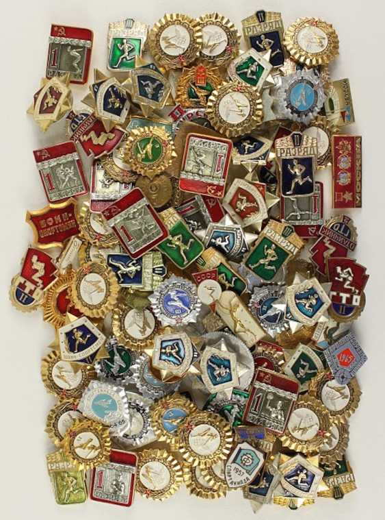 Mixed lot of approx. 100 sport badge, - photo 1