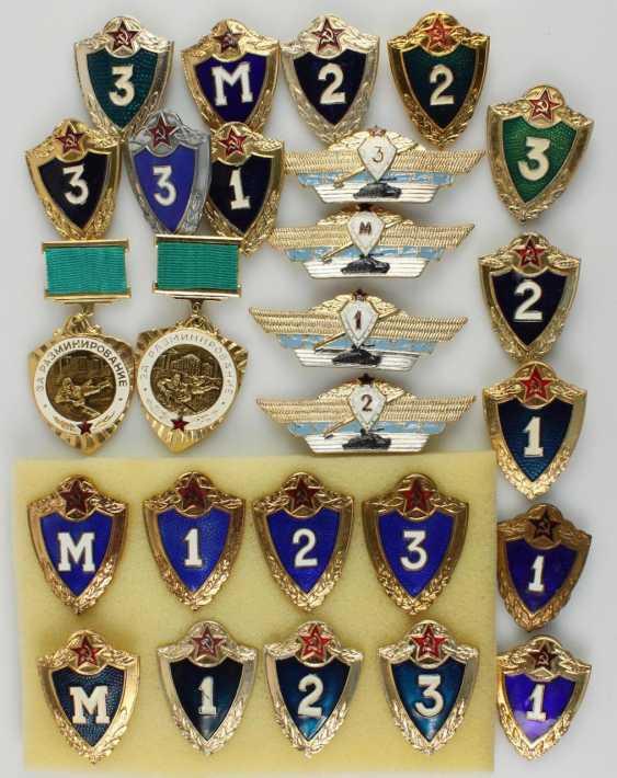 Lot of 42 badges - photo 3