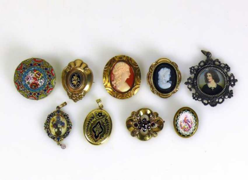 Mixed lot of brooches and pendants - photo 1