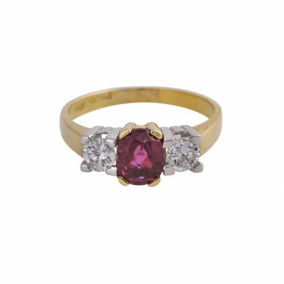 Ring with 1 ruby approx 1 ct, oval fac. and 2 brilliant-cut diamonds, approx 0.5 ct, - photo 1