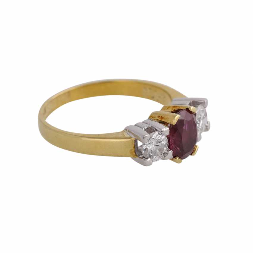 Ring with 1 ruby approx 1 ct, oval fac. and 2 brilliant-cut diamonds, approx 0.5 ct, - photo 2