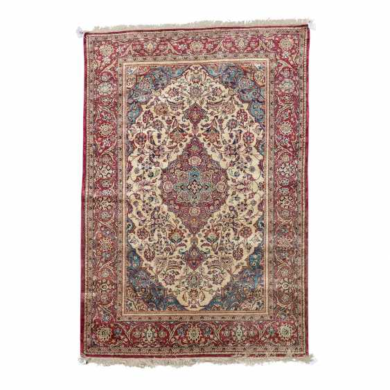 Oriental rug made of silk. 20. Century, approx. 196x130 cm. - photo 1