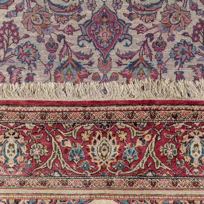 Oriental rug made of silk. 20. Century, approx. 196x130 cm. - photo 3