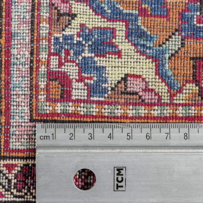 Oriental rug made of silk. 20. Century, approx. 196x130 cm. - photo 4