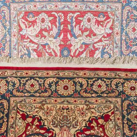 Oriental rug made of silk. HEREKE, 20. Century, approx. 87x58 cm. - photo 3