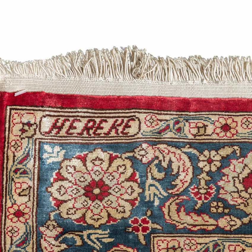 Oriental rug made of silk. HEREKE, 20. Century, approx. 87x58 cm. - photo 5