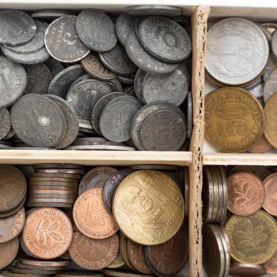 Interesting colorful vintage accessories with with brown porcelain coins, - photo 2