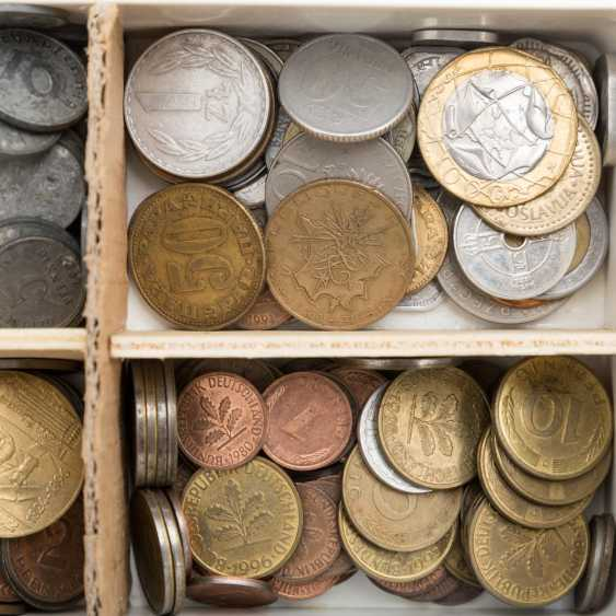 Interesting colorful vintage accessories with with brown porcelain coins, - photo 3