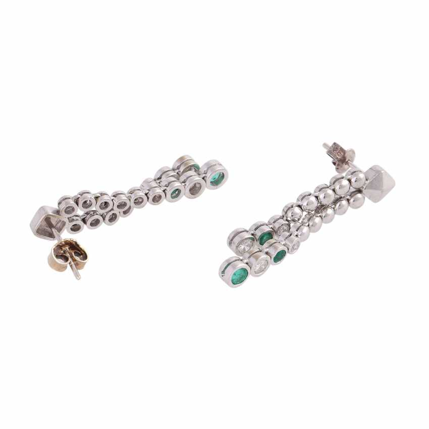 Pair of earrings with emeralds and brilliant-cut diamonds - photo 3