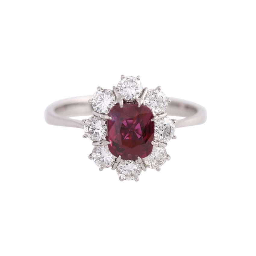 Ring with 1 ruby, antique fac., about 1.8 ct surrounded by 8 brilliant-cut diamonds, - photo 1