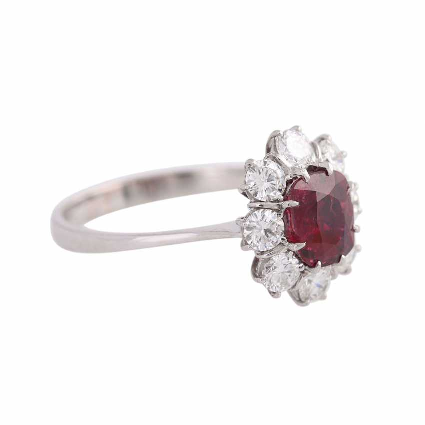 Ring with 1 ruby, antique fac., about 1.8 ct surrounded by 8 brilliant-cut diamonds, - photo 2