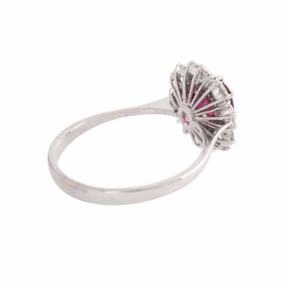 Ring with 1 ruby, antique fac., about 1.8 ct surrounded by 8 brilliant-cut diamonds, - photo 3