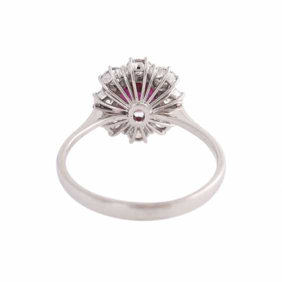 Ring with 1 ruby, antique fac., about 1.8 ct surrounded by 8 brilliant-cut diamonds, - photo 4