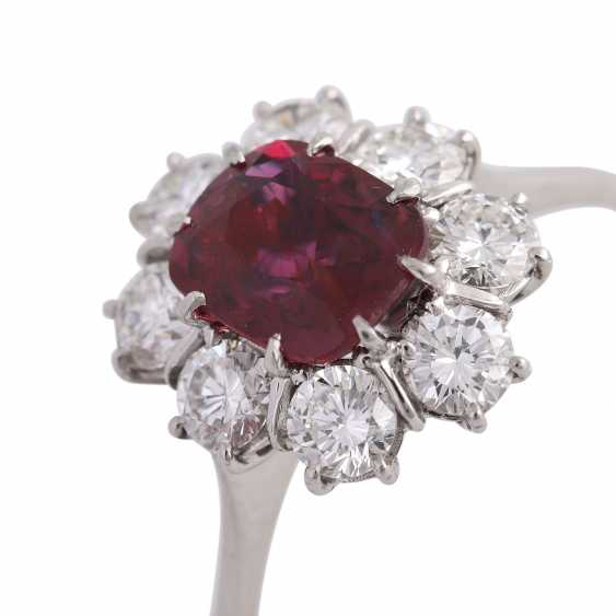 Ring with 1 ruby, antique fac., about 1.8 ct surrounded by 8 brilliant-cut diamonds, - photo 5
