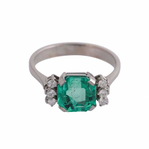 Ring with a fine emerald in octagonal step cut, approx 3.25 ct, - photo 1
