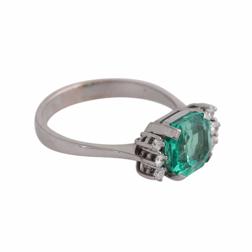 Ring with a fine emerald in octagonal step cut, approx 3.25 ct, - photo 2