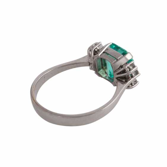 Ring with a fine emerald in octagonal step cut, approx 3.25 ct, - photo 3