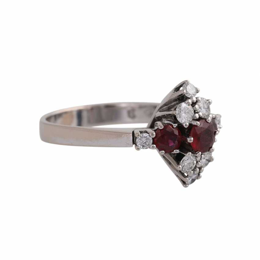 Ladies ring with 3 rundfac. Rubies together approx. 0,90 ct, 8 brilliant-cut diamonds - photo 2