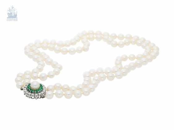 Chain/necklace: double row, extremely fine, and formerly very expensive vintage cultured pearls necklace with high quality emerald/brilliant-gold clasp, 18K white gold - photo 1