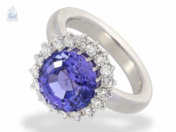 Ring: attractive, high quality gold ring forging with a very nice tanzanite and the finest brilliant-cut diamonds, approx. 5,72 ct, solidly crafted from 18K white gold - photo 1