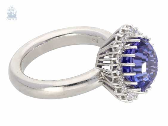 Ring: attractive, high quality gold ring forging with a very nice tanzanite and the finest brilliant-cut diamonds, approx. 5,72 ct, solidly crafted from 18K white gold - photo 2