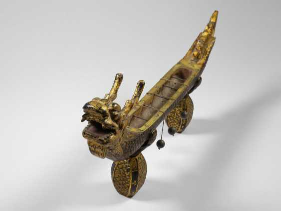 Desk clock: an extremely rare Chinese Räucherwerkuhr in the Form of a dragon boat, China around 1800 - photo 3