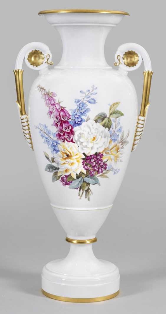 Imposing ornamental vase with flowers decor - photo 1