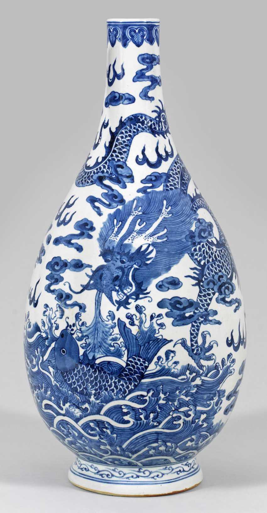 Large blue and white bottle vase with dragon decoration - photo 1