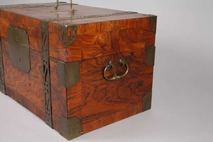 Small Baroque-style travel chest - photo 2