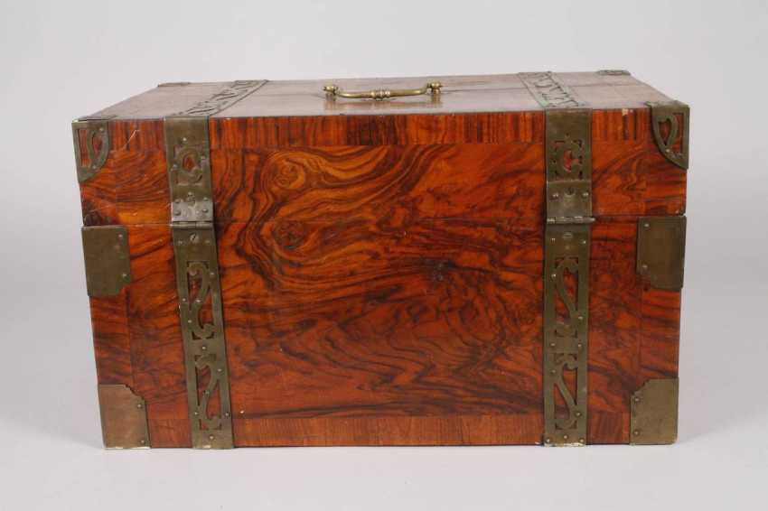Small Baroque-style travel chest - photo 5