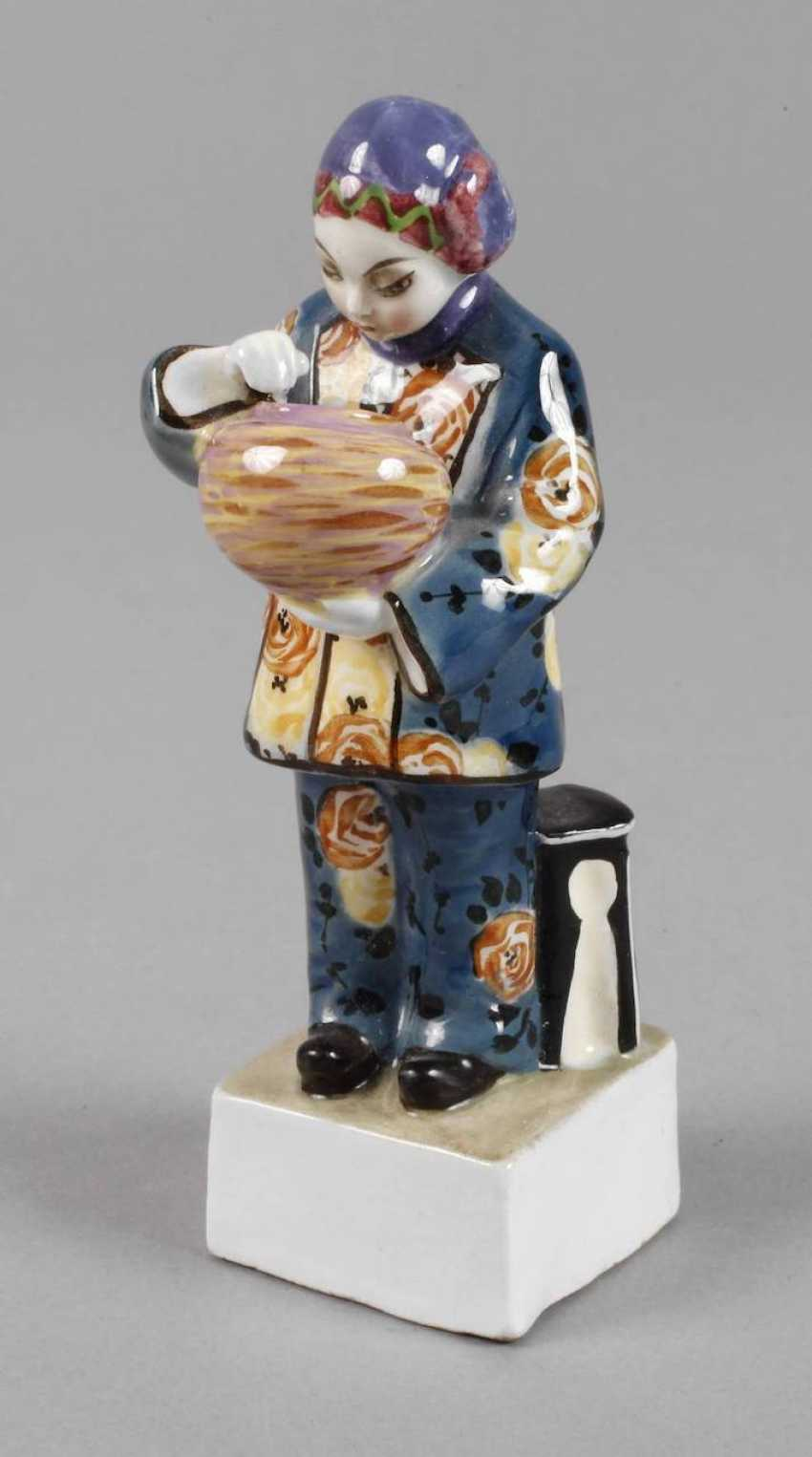 Small figure of Chinese woman with Vase - photo 1