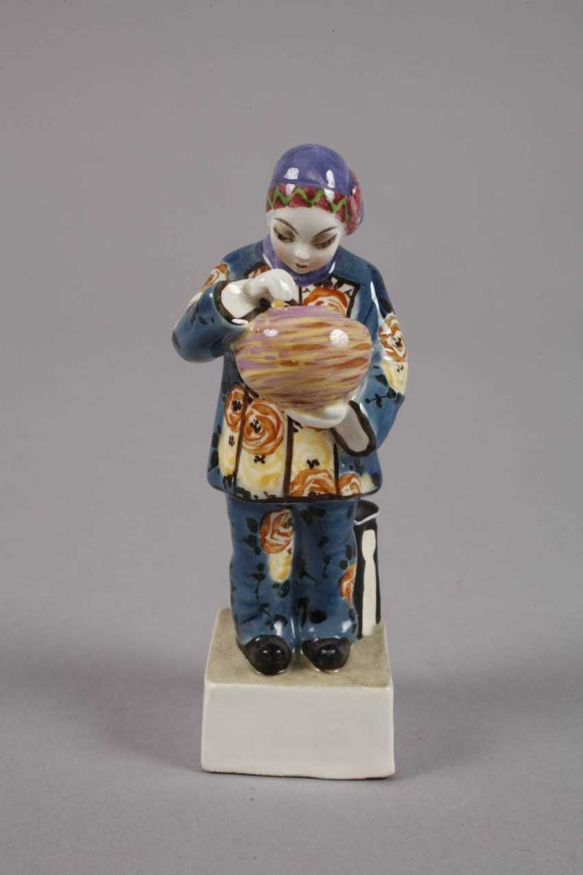 Small figure of Chinese woman with Vase - photo 2