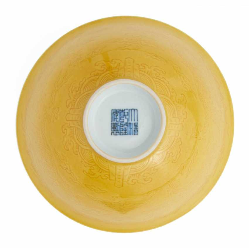 Pair of engraved yellow dragon bowls in the style of Qianlong - photo 2