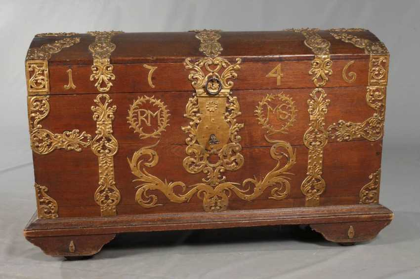 Around The Lid Of A Chest In Baroque - photo 2