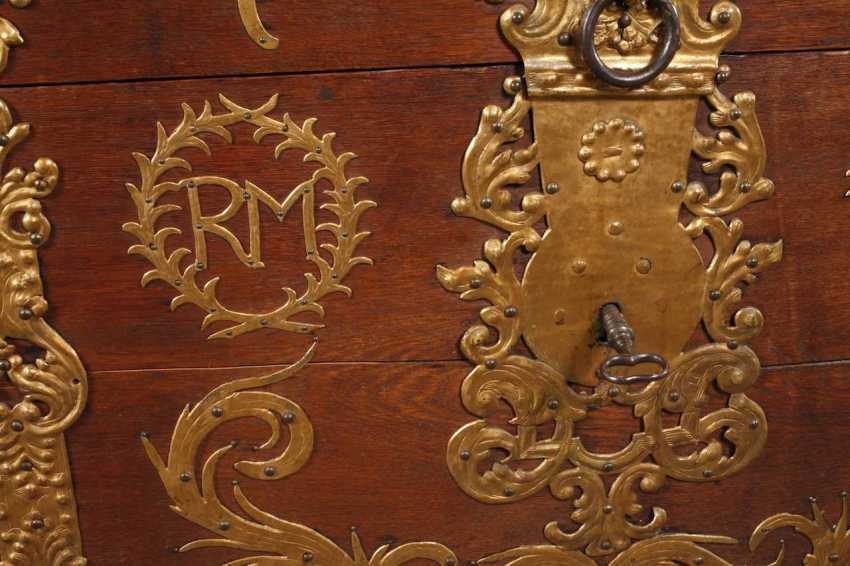 Around The Lid Of A Chest In Baroque - photo 3